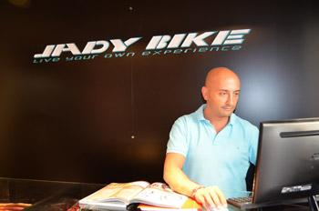 José Antonio Domínguez Yuste en su tienda de bicicletas Jadybike